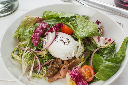 Салат с беконом и белыми грибами