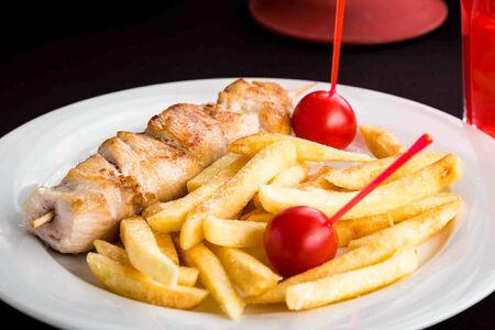 Шашлычок из куриной грудки с картофелем фри