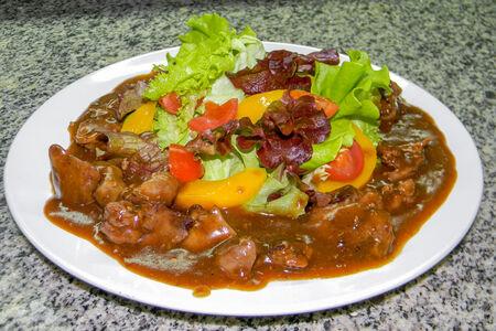 Салат с печенью цыпленка и соусом Деми Гласс
