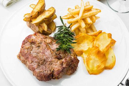 Стейк из свинины с тремя видами картофеля
