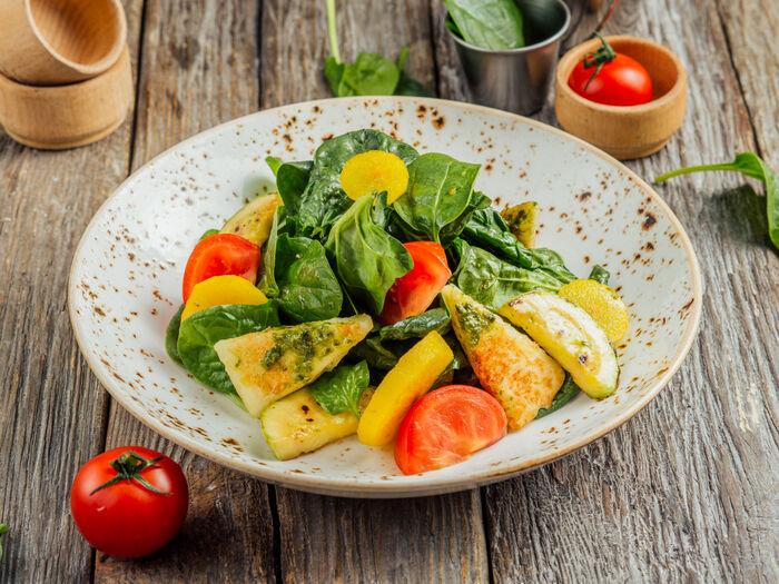 Салат с жареным сулугуни и грушей