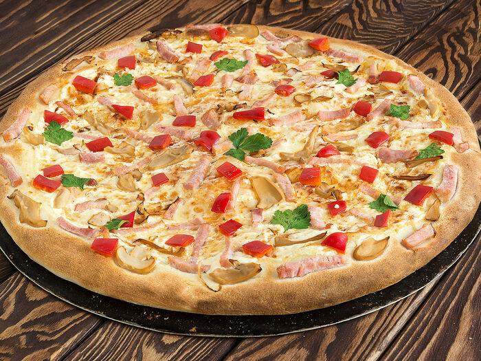 Пицца Миланская в ресторане Лео