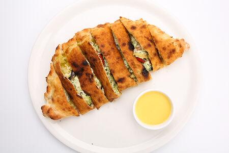 Пицца Кальцоне с овощами и сыром