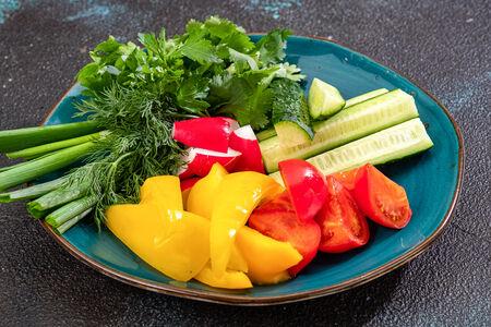 Свежие овощи с букетом зелени