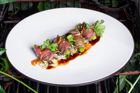 Татаки из говядины с микс салатом и свежими овощами