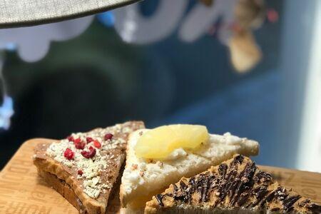Хрустящие сырные тосты с брусничным джемом