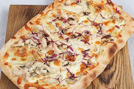 Пиццетта с куриной грудкой и грибами
