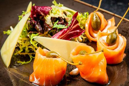 Салат с семгой и мягким сыром