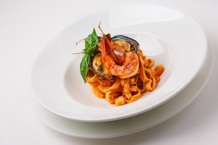 Тальятелле с морепродуктами в томатном соусе