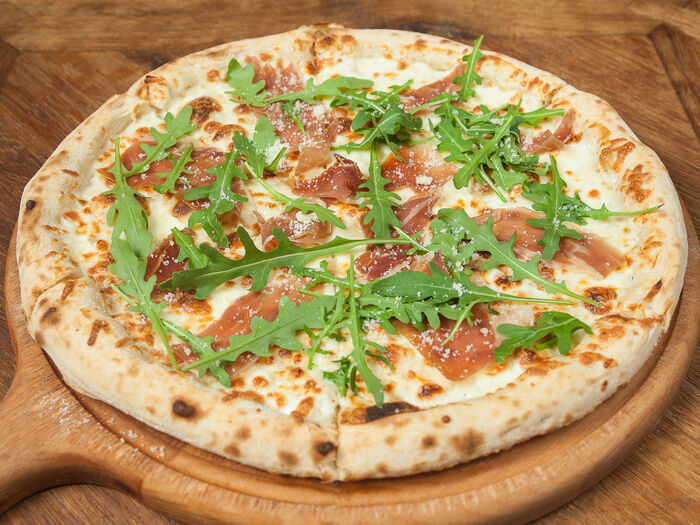 Пицца с прошутто и рукколой