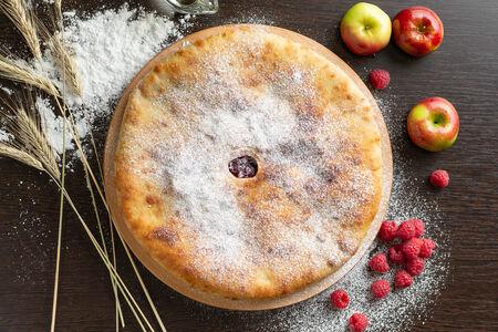 Осетинский пирог с малиной и яблоками