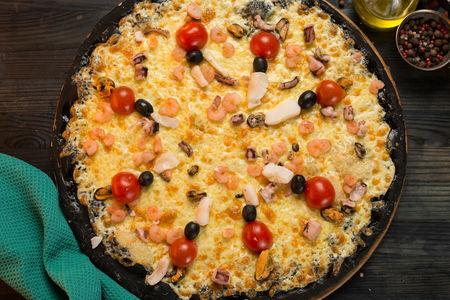 Пицца черная с морепродуктами