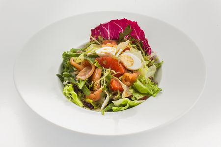 Салат с лососем шеф-посола, рукколой и грейпфрутом