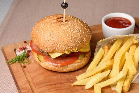 Бургер из рубленой телятины и картофелем фри