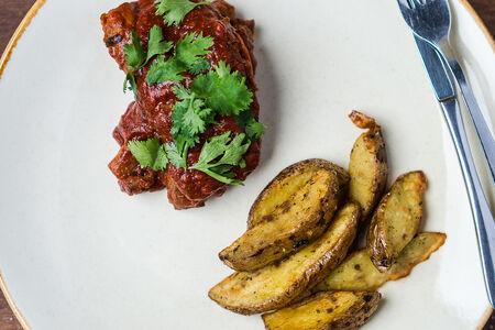 Печеные свиные ребрышки в томатном соусе