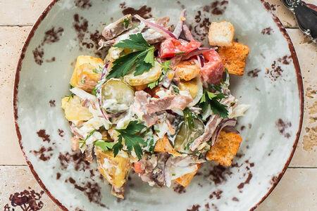 Сытный салат с языком и гренками