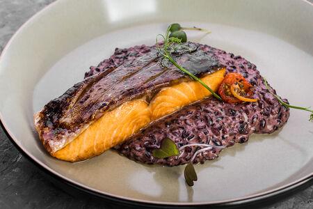 Семга с черным рисом