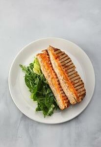 Горячий сэндвич с индейкой и миксом салатов