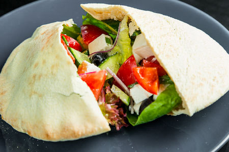 Греческий салат с сыром Фета в пите