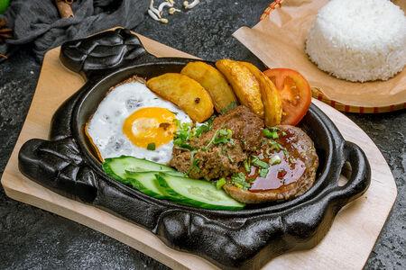 Бифштекс на сковороде с рисом