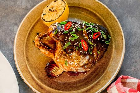 Голова лосося-гриль