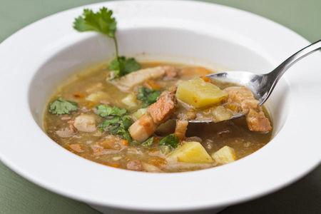 Густой чечевичный суп с копченостями
