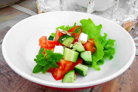 Салат из свежих овощей с мягким сыром