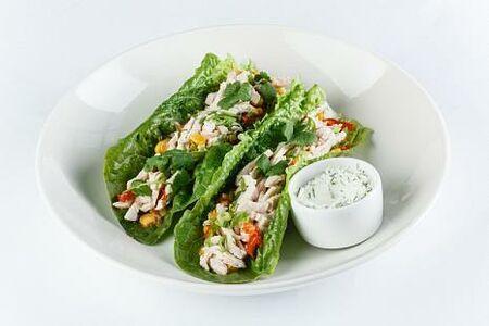 Тапас из индейки на листьях салата с соусом