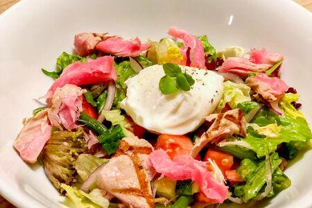 Салат Тунец с овощами и яйцом пашот