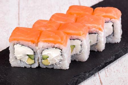 Ролл с лососем смоук