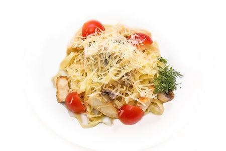 Тальятелле с курицей и грибами в сливочно-сырном соусе