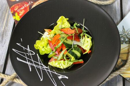 Салат Взрыв сезонных овощей с соусом