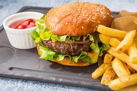 Бифбургер с картофелем фри