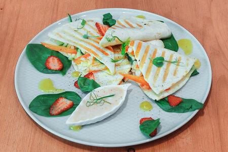 Кесадилья с курицей и манговым соусом