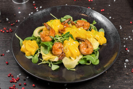 Салат с креветками и манговым муссом