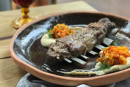 Бараньи ребра с хумусом