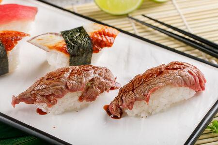 Суши с обожженной говядиной