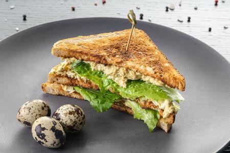Сэндвич на тосте с куриным филе и яйцом
