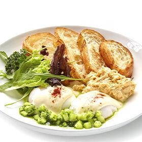 Скрэмбл с яйцом пашот и паштетом из тунца
