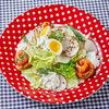 Фото к позиции меню Салат из свежих овощей со слабосоленым кижучем и сырным соусом