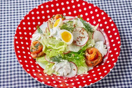 Салат из свежих овощей со слабосоленым кижучем и сырным соусом