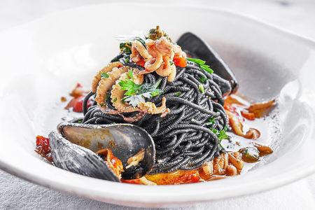 Черные спагетти с кальмарами и мидиями