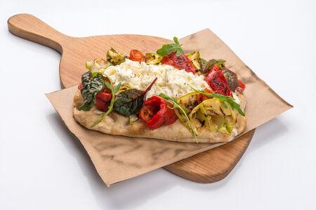 Пицца с овощами на гриле