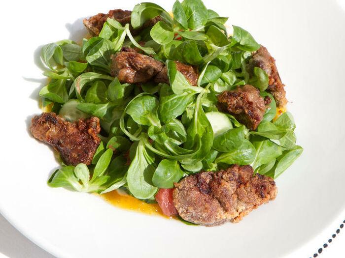 Тёплый салат с куриной печенью и грейпфрутом