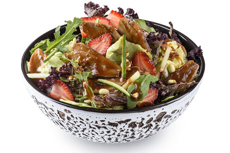 Утка по-пекински на зеленом салате