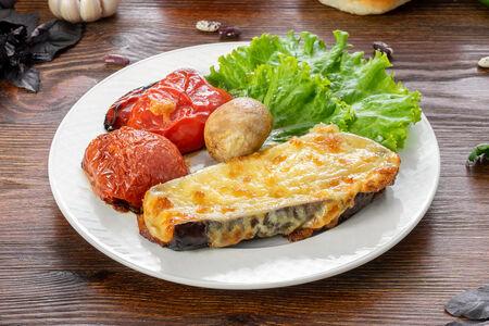 Баклажаны запеченные с сыром и овощами