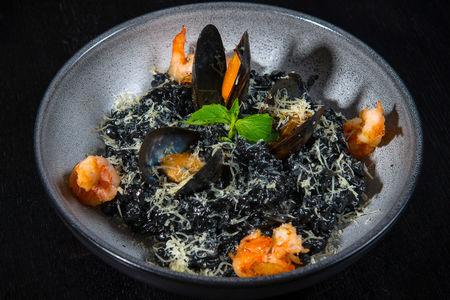Черное ризотто с морепродуктами