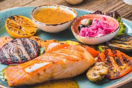 Стейк из лосося с овощами