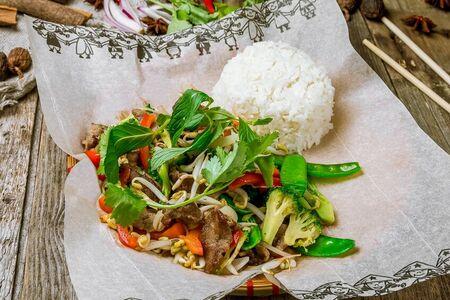 Вок с рисом, говядиной и овощами