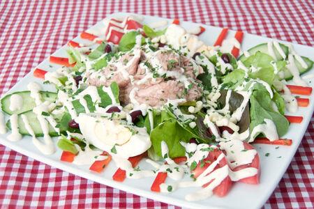 Салат из тунца и овощей с сыром моцарелла
